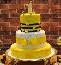 "98 curtidas, 4 comentários - Vilas Buffet (@vilasbuffeteventos) no Instagram: ""Tbt desse bolo mais lindo by @marciamariacakes #boloabelhinha #birthdaycake #festainfantil…"" Bee Birthday Cake, Yellow Birthday Cakes, Bumble Bee Birthday, 6th Birthday Parties, Baby Birthday, Baby Shower Cakes, Aaliyah Birthday, Bee Cakes, Bee Party"