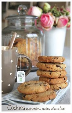 Voilà une recette de Cookies à TOMBER pour addicts de biscuits ! croustillants et fondants ...sablés ...que dire tellement bons qu'en en refait dans la foulée ! Vite préparés ce serait dommage de ne pas les tester vous m'en direz des nouvelles ! Ingrédients... Biscuit Cupcakes, Biscuit Cookies, Yummy Cookies, Desserts With Biscuits, No Cook Desserts, Easy Desserts, Cooking Chef, Easy Cooking, Pastry Recipes