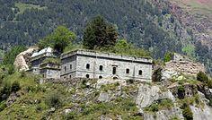 """La estratégica montaña de """"Cot de Latrós"""" (o """"Cod de Ladrones"""") fue elegida en 1751 por el ingeniero Juan Martínez Zermeño para levantar una nueva fortificación fronteriza. Las obras, dirigidas por Pascual de Navas, concluyeron en 1758."""