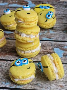 This article is a picture story on 21 macaron pictures that are so cute you'll want to bite into them immediately. This is on the occasion of World Macaron Day which is on 31 May Torta Minion, Bolo Minion, Minion Cupcakes, Cake Minion, Cookie Recipes, Dessert Recipes, Fun Desserts, Yummy Treats, Sweet Treats