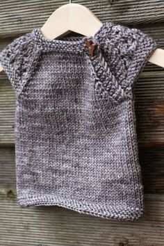 Lanka mutkalla: Suloisen pieni Knitting For Kids, Knitting Projects, Baby Knitting, Knitting Patterns, Sewing Patterns, Grey Poncho, Knitted Baby Cardigan, T Baby, Baby Patterns