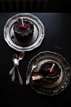 Cakes on black table on pewter plates...so so pretty!