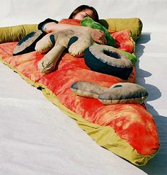 Funny pictures about Pizza sleeping bag. Oh, and cool pics about Pizza sleeping bag. Also, Pizza sleeping bag photos. Stück Pizza, Love Pizza, Giant Pizza, Pizza Party, Sweet Pizza, Funny Pizza, Veggie Pizza, Pizza Humor, Party Party