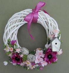 Kúpili len holý kruh z prútia za pár drobných: Keď uvidíte tie úžasné & Easter Wreaths, Holiday Wreaths, Holiday Crafts, Diy Ostern, Summer Wreath, How To Make Wreaths, Diy Wreath, Spring Crafts, Easter Crafts