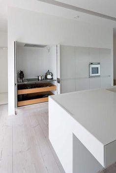 Une cuisine intégrée, c'est tellement chic ! @decocrush - www.decocrush.fr | A lovely inox kitchen #crush #design #style #kitchen #inox #clean #minimalist #home #hidden #white