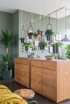 Wil jij zelf een hangende plantentuin maken? In deze video leggen de vtwonen stylistes je uit hoe je er makkelijk zelf eentje in elkaar kan steken.