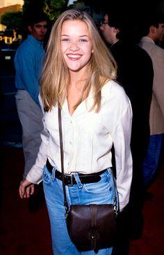 Reese Witherspoon usa mom jeans + camisa branca, clássico dos anos 90 voltou com tudo na moda dos dias atuais.
