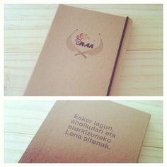 Front and back, custom made notebook featuring jai alai game | Frente y tras, libreta pedida con el tema del juego de pelota vasca.