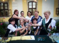 Hrubos Zsolt Koccintás A Móri Borbarát Hölgyek készülnek a nagy koccintásra a Lamberg- kastélyban a Múzeumok Éjszakáján.  Több kép Zsolttól: www.facebook.com/zsolt.hrubos és www.hrubosfoto.hu Facebook