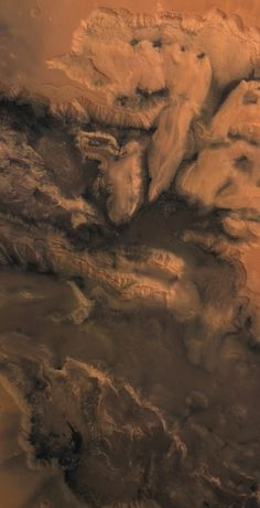 Mars seen from heaven  /  Valles Marineris- This image of the center of the large Martian canyon was conducted after two overflights of the site by the Mars Express in April and May 2004. The view is wide 300 x 600 km and covers the regions of Melas Chasma, Candor Chasma and Ophir Chasma (bottom to top).  This central area of ​​Valles Marineris reveals the complexity of the geological structure.