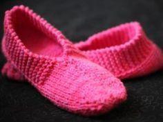 Oui, il fait 30° dehors et j'ai eu envie de me tricoter des chaussons en laine. Tout va bien, je prends de l'avance dans mes tricots pour l'hiver! Ce modèle est très simple à réaliser. J'ai trouvé les explications ICI. J'ai fait un petit défaut dans le point mousse sur les côtés extérieurs des[...] - Mes premiers chaussons en tricot