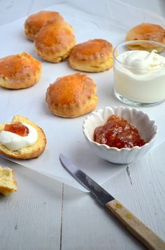 Scones and clotted cream Sweet Recipes, Snack Recipes, Dessert Recipes, Desserts, Chutney, Scones And Clotted Cream, Tea Snacks, Good Food, Yummy Food