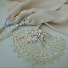 This Pin was discovered by iğn Lace Art, Scarf Jewelry, Needle Lace, Dream Catcher, Tatting, Knots, Projects To Try, Jewelry Making, Diy Crafts