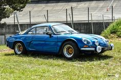 #Alpine #A110 au Losange Passion International. #MoteuràSouvenirs Reportage : http://newsdanciennes.com/2016/05/22/losange-passion-international-losange-tres-grande-forme/ #ClassicCar #VintageCar