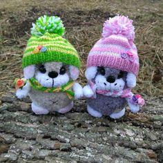 Вяжем забавных щенят :) Готовимся к Новому году! Нам потребуется: Пряжа Кузя клубочкин, Пряжа Softi baby и немножко разноцветной пряжи для шапочки и шарфика. Спицы № 2,5 — 4 шт., наполнитель (холофайбер), пара глазок (размер 12 мм), реснички (можно использовать обычные женские накладные), пластиковый носик. Вяжем на трех спицах, четвертая в работе. Кузя Клубочкин Набираем 12 петель, распределяем…