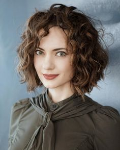 38 Super Cute Ways to Curl Your Bob – PoPular Haircuts for Women 2019 - Curly Bob Hairstyles Medium Long Hair, Medium Hair Styles, Short Hair Styles, Medium Curly Bob, Medium Bob Hairstyles, Curled Hairstyles, Hairstyles 2018, Shirt Curly Hairstyles, Easy Hairstyles