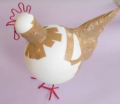 how to make a big paper mache bird - For the kids next month. Paper Mache Projects, Paper Mache Clay, Paper Mache Crafts, Craft Projects, Textile Sculpture, Paper Mache Sculpture, Chicken Crafts, Chicken Art, Diy Paper