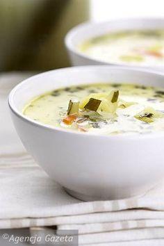 Zagotuj bulion, dodaj pokrojonego w cienkie plasterki pora oraz pozostałą włoszczyznę startą na grubej tarce do warzyw albo pokrojoną w paseczki. Dodaj listek laurowy oraz 2-3 ziarenka ziela angielskiego, a potem włóż obrane i pokrojone w kostkę ziemniaki. Gotuj, aż ziemniaki będą miękkie. W tym czasie rozgrzej na patelni trochę masła lub oleju. Wrzuć grubo starte lub pokrojone w małą kostkę ogórki, podsmaż je, stale mieszając. Bulion przypraw do smaku, dodaj ogórki, a gdy zupa się ponownie…