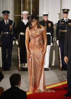 Michelle Obama rocks rose gold Versace chain metal gown at final State Dinner. October 2016.