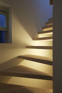 この写真「階段下の間接照明が幻想的な雰囲気を作り出す」はfeve casa の参加工務店「清野 廣道/(株)ホープス」により登録された住宅デザインです。「鵜の木の吹抜けと半地下書斎のある家」写真です。「モダン,スマート,落ち着いた空間」に関連する写真です。「狭小住宅 」カテゴリーに投稿されています。 Stair Bookshelf, Good Morals, Stairways, Modern Design, Cool Designs, New Homes, Home And Garden, House Design, Lighting