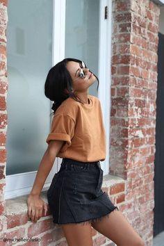 Spring Summer Fashion - Yellow T-Shirt - Black Denim Skirt - Street Style - Street Style Outfits Casual Summer Outfits, Trendy Outfits, Outfits Spring, Black Denim Skirt Outfit Summer, Outfit Ideas Summer, Fashionable Outfits, Tumblr Summer Outfits, Winter Outfits, Denim Skirt Outfits