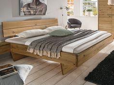 """Gerade Linien und eine markant betonte Holzstruktur lassen das Schwebebett """"Selva"""" zum echten Unikat werden. Die schöne Schwebeoptik entsteht durch die versteckten, durchgehenden Bettfüße."""