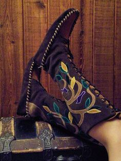 Beautiful Handmade Moccasin Boots Once you learn how to make moccasins, you can make them as high and as embellished as you would like. Gypsy Cowgirl, Cowgirl Boots, Walk In My Shoes, Me Too Shoes, Botas Boho, Boho Boots, Fur Boots, Beaded Moccasins, Moccasin Boots