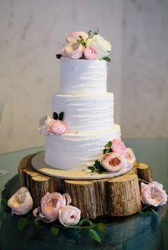 rustic theme wedding cake; Photo: Markit Photography