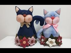PASSO A PASSO GATO PESO DE PORTA - YouTube Craft Tutorials, Craft Projects, Projects To Try, Dyi Crafts, Fabric Crafts, Back Pillow, Stuffed Animal Patterns, Fabric Dolls, Teddy Bear