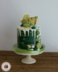 Drip Cake Green Love - Celebration cakes for women, Party organization ideas, Party plannig business Cake Decorating Designs, Cake Decorating Techniques, Cake Designs, Green Birthday Cakes, Birthday Cakes For Women, St Patricks Day Cakes, Green Cake, Candy Cakes, Birthday Cake Decorating
