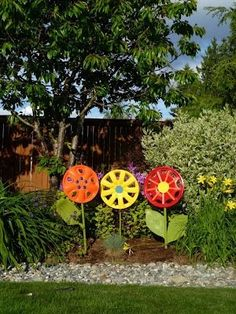 Love this recycling yard art project! I& love to mix the pops of color in my garden from the different flower yard art DIY projec. Garden Crafts, Garden Projects, Diy Projects, Diy Crafts, Project Ideas, Woodworking Projects, Unique Gardens, Amazing Gardens, Deco Nature