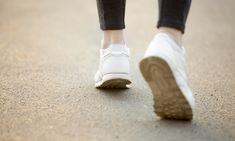 De zon schijnt, de witte sneakers kunnen weer uit de kast gehaald worden! Beland je toch nog in een regenbui? Zo krijg je ze weet witter dan wit!