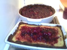 Pie de queso con salsa de fresas y moras
