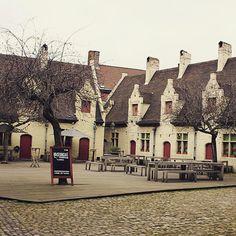 by sirenettka: #museumcafe #yard #tiles #cosy #gand #gent #ghent #visitgent #visitbelgium #belgium #vlaanderen #flanders #visitflanders #дворик #кафе #черепица #уютный #Гент #фландрия #бельгия #весна #spring