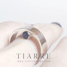 O bijuterie contemporană, originală și diafană, a cărui piatră pare că plutește între deget și cercul inelului.  Inelul este decorat cu două safire naturale albastre, poziționate în oglindă. Napkin Rings, Wedding Rings, Engagement Rings, Jewelry, Author, Enagement Rings, Jewlery, Bijoux, Commitment Rings