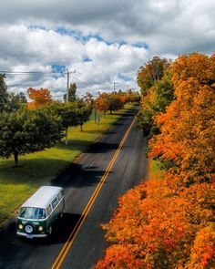 On the chase for early pockets of color in the hills 🍂 Source by whoamangodara Usa Culture, Jungle Resort, Nature Photography, Travel Photography, Amazing Nature Photos, Beautiful Roads, States In America, United States, Autumn Scenes