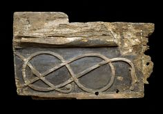 Planke fra trækirken i Hørning, der blev opført i 1070 e.Kr. På den side der vendte ud fra kirken var planken udsmykket med et nordisk slange- eller dragemotiv. Måske forestiller ydersiden af planken selveste Midgårdsormen fra den nordiske mytologi.
