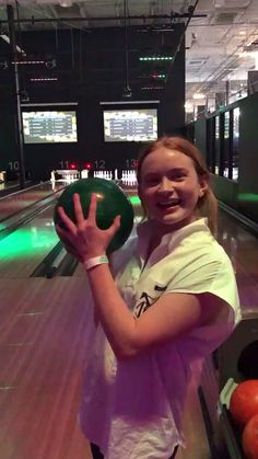 Things cast Throwback to Sadie Sink Bowling with Finn Older video. Stranger Things Actors, Bobby Brown Stranger Things, Stranger Things Have Happened, Stranger Things Aesthetic, Stranger Things Funny, Stranger Things Netflix, Stranger Things Season, The Americans, Look Star