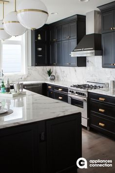 23 Perfect Color Ideas for Painting Kitchen Cabinets that will Add Personality to Your Home - The Trending House Black Kitchen Cabinets, Kitchen Cabinet Styles, Painting Kitchen Cabinets, Black Kitchens, Home Kitchens, Kitchen Hutch, Dark Cabinets, Dream Kitchens, Kitchen Backsplash