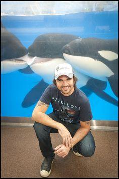 Colombian singer Juanes hangs with some of his biggest fans at SeaWorld Orlando. Visit Orlando, Seaworld Orlando, Happy Photos, Killer Whales, Sea World, Ocean Beach, American Singers, Marine Life, Mammals