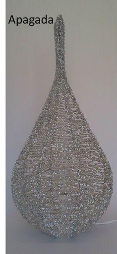 Luminária, Lanterna. H2O, PURA e CRISTALINA. ILUMINADA.  Modelo GOTA  A estrutura do modelo é construída em aramado galvanizado com espessura precisa e pintada eletrostaticamente, nela é tramado manualmente o fio de cobre com missangas coloridas de vidro e poliéster. Medidas: H 60 cm x L 35 cm. Peso 1900. A Composição dos brancos, transparentes aos pratas