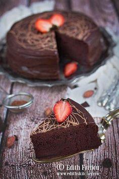 Prajitura cu glazura de ciocolata - densa si onctuoasa, plina de gust si satioasa, cu unt, cacao, lapte, faina si glazura de ciocolata