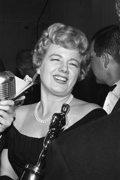 "1960 Oscars: Shelley Winters, Best Supporting Actress 1959 for ""The Diary of Anne Frank. Hollywood Actor, Classic Hollywood, Old Hollywood, Hollywood Party, Hollywood Icons, Hooray For Hollywood, Golden Age Of Hollywood, Hollywood Stars, Academy Award Winners"