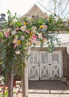 Wow, this arch is gorgeous. -la || etsy-real-weddings-jordan-dylan-003