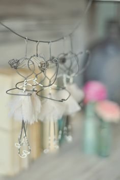 You need to do a lot of scrolling but seeing her creations is worth it. So sweet and so original. Wire Crafts, Diy And Crafts, Arts And Crafts, Sculptures Sur Fil, Ideias Diy, Craft Sale, Beads And Wire, Wire Art, Metal Art