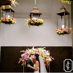 Casamento rústico-chique repleto de flores e cores com direito a lindos arranjos aérios♡