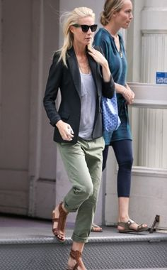 Who made Gwyneth Paltrow's blue purse, green pants and brown flat sandals that she wore in New York? Goyard Pants – Current/Elliott The Captain Trouser Gwyneth Paltrow, Moda Casual, Casual Chic, Casual Wear, Fashion Mode, Look Fashion, Fashion Beauty, Runway Fashion, Fashion Trends