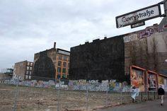 blu-berlin.  Incroyable opération de « nettoyage » réalisée dans la nuit du 11 au 12 décembre dans le quartier de Kreusberg à Berlin où l'un des monuments du street art peint par l'artiste italien BLU a été intégralement recouvert d'un gigantesque « linceul » noir.