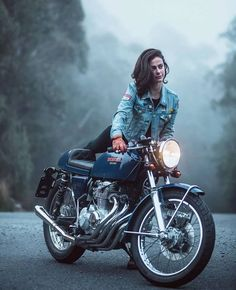 Trendy Bike And Babes Motorbikes Ideas Motorbike Girl, Cafe Racer Motorcycle, Girl Bike, Cafe Bike, Chopper Motorcycle, Lady Biker, Biker Girl, Carros Lamborghini, Motos Vespa