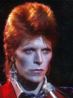 1973 David Bowie Photos David Bowie is a major fashion icon and contributed to the Glam Rock fashion of the 70's. Men wear makeup, exaggerated outfits, heels and jewelry that would otherwise be considered feminine.